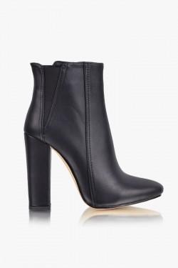 Botki SUNDAY - to jest HOT! Piękna i unikalna linia, wysokiej jakości materiały i staranne wykonanie. Minimalne, trójkątne wstawki z elastycznego materiału, zapewnią komfort i idealnie dopasują obuwie do stopy. Szeroki i stabilny obcas to komfort każdego kroku. Botki SUNDAY - ulubiony model blogerek i stylistów.